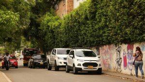 Los conductores estacionan y obstruyen la movilidad vehicular.  - /GENTE DE CAÑAVERAL