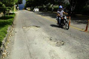 Los conductores deben hacer maniobras para esquivar los huecos y así evitar accidentes y daños en los vehículos.  - César Flórez/VANGUARDIA LIBERAL