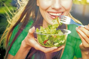 Los profesionales de la salud recomiendan a las personas comer sanamente y realizar una dieta bajo supervisión médica.  - Banco de Imágenes/GENTE DE CAÑAVERAL