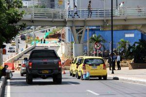 Los taxis siguen estacionando frente al Centro Comercial Caracolí y obstruyen la movilidad vehicular por la zona.  - /GENTE CAÑAVERAL