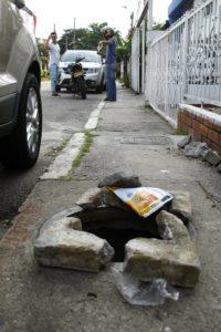 Debido al peligro, las personas pusieron piedras alrededor del medidor para evitar accidentes.  - César Flórez/GENTE DE CAÑAVERAL
