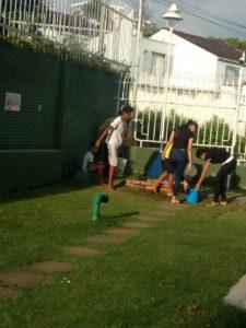 Los habitantes se vieron obligados a sacar agua en baldes para abastecer sus viviendas. - Suministrada/GENTE DE CAÑAVERAL