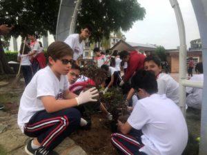 Los estudiantes del colegio New Cambridge sembraron plantas y embellecieron el parque Las Llaves.  - Suministrada/GENTE DE CAÑAVERAL