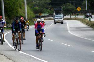 Debido los riesgos y a falta de zonas exclusivas para ciclistas, las autoridades hacen un llamado a los deportistas para que transiten con precaución por las vías  nacionales y respeten los espacios de los carros.   - Archivo /GENTE CAÑAVERAL