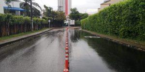 Algunos conductores utilizan los andenes como estacionamiento mientras esperan a sus pasajeros.  - Élver Rodríguez /GENTE CAÑAVERAL