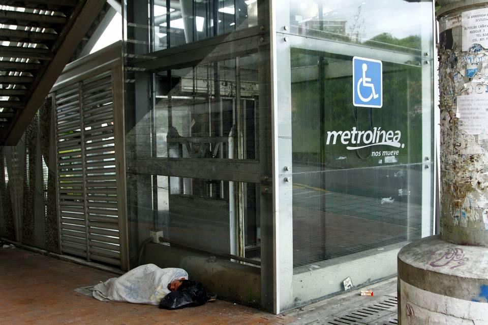 Los usuarios denuncian desaseo en el ascensor de Metrolínea. - César Flórez/GENTE DE CAÑAVERAL