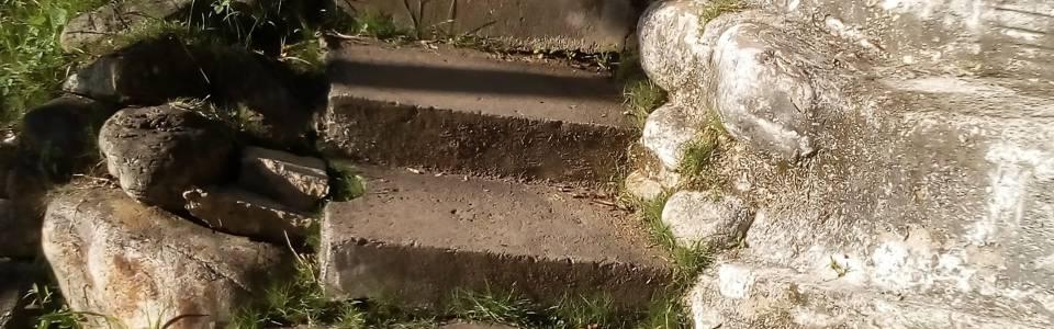 Reclaman falta de andenes y arreglo de escaleras