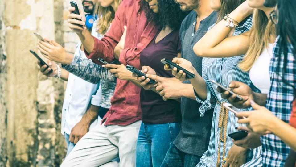 El uso desmedido del celular está acabando con las relaciones personales, sentimentales y hasta laborales. - Banco de Imágenes/Gente de Cañaveral