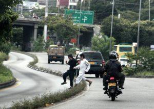 Estas personas se exponen a ser arrollados por los carros que transitan por esta zona. - GENTE DE CAÑAVERAL