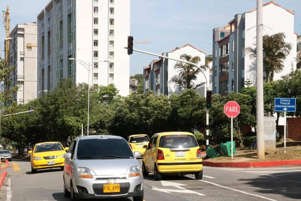 Los semáforos fueron averiados en un accidente de tránsito ocurrido el 18 de mayo del 2019, desde ese día los dispositivos dejaron de funcionar. - Archivo/GENTE DE CAÑAVERAL