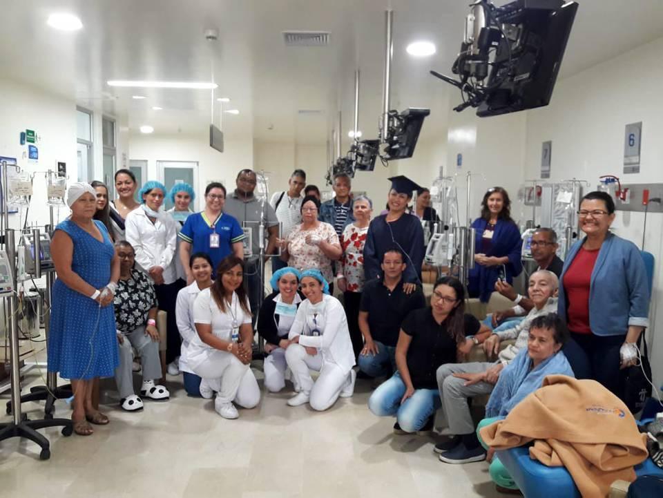 """Al finalizar su tratamiento, los pacientes de cáncer de la Foscal participan en una ceremonia simbólica de grado en la que certifican que """"retornan a la vida"""". - Suministrada/GENTE DE CAÑAVERAL"""