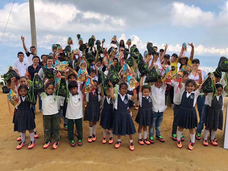 Estudiantes de los colegios Casiano Alto, Casiano Bajo, Helechales y la Judía, se beneficiaron con la entrega de zapatillas deportivas. - Suministrada/GENTE DE CAÑAVERAL