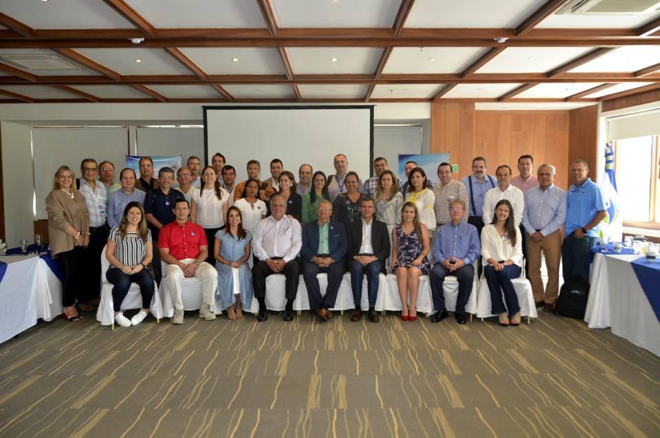 Presidente de la Junta Directiva Foscal, doctor Virgilio Galvis Ramírez; Dr. Gonzalo Toro, miembro de junta directiva y el grupo de dirección General de la Clínica Foscal. - Suministrada/GENTE DE CAÑAVERAL