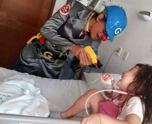 Mediante la terapia de la risa, los voluntarios de la Doctora Clown ayudan a sobrellevar la estadía de los pacientes en los hospitales. - Suministrada/GENTE CAÑAVERAL