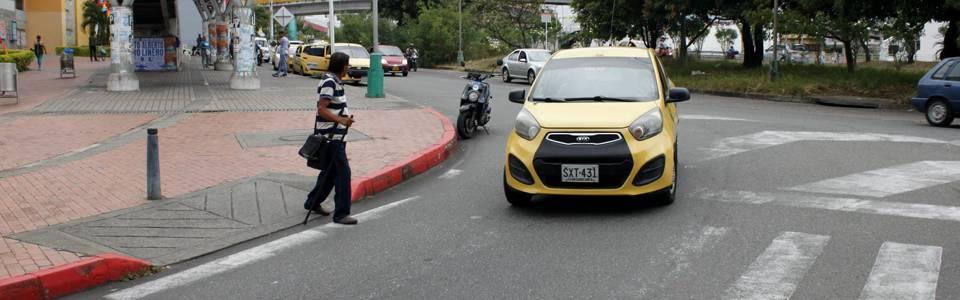 Denuncian riesgo para peatones por falta de señalización