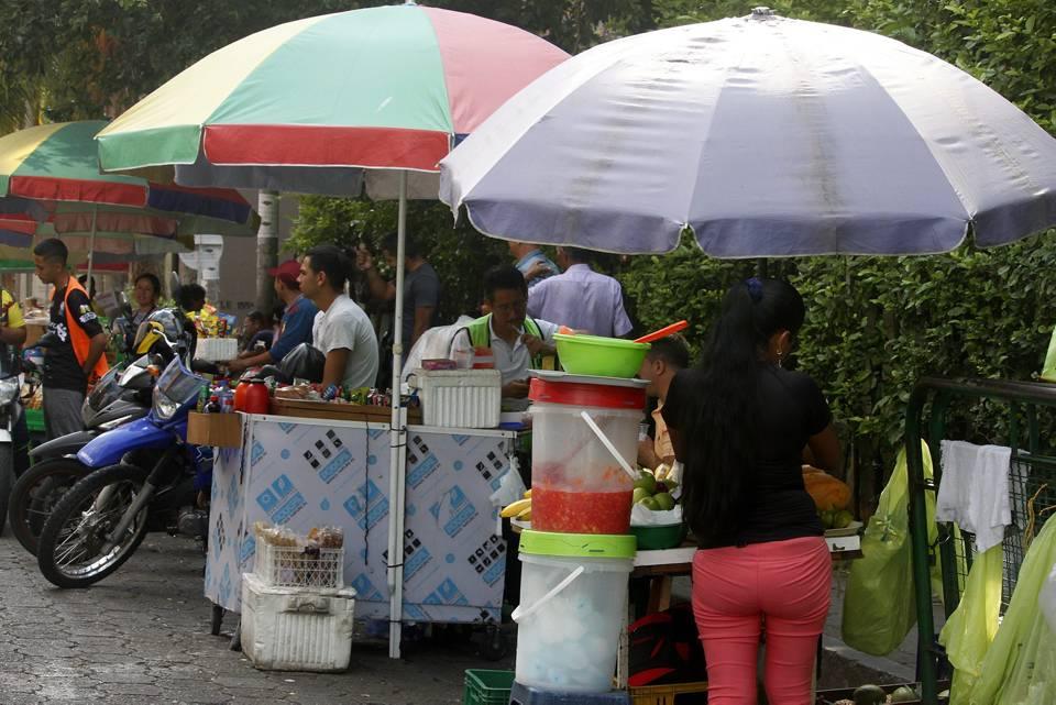La mayoría de comerciantes que venden alimentos en la calle no cumplen con las normas básicas de higiene como la utilización de gorro, tapabocas. y guantes. - Jaime del Río/GENTE DE CAÑAVERAL