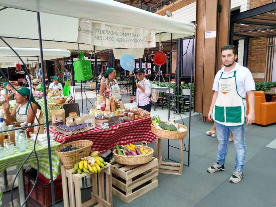 El Ecomercado se realiza el último fin de semana de cada mes, para ofrecer los mejores productos del campo a los visitantes del Centro Comercial Caracolí. - Suministrada/GENTE DE CAÑAVERAL