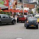 Carros estacionados sobre vías generan congestión