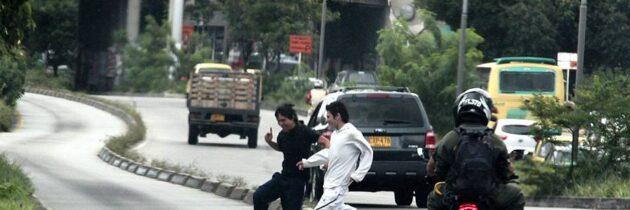 Peligrosos peatones sobre la autopista